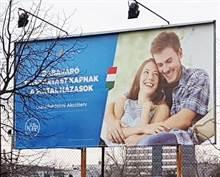「男友偷看妹」梗圖有後續!登上廣告看板遭嘲諷