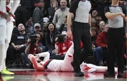 影》慎入! NBA拓荒者隊中鋒真的打到骨折