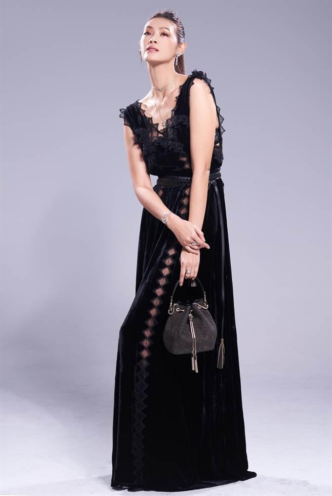 林嘉綺的修長美腿最怕老公摸,一摸體脂肪就洩底,佩戴寶格麗「Fiorever」系列珠寶,風華絕代。(JOJ PHOTO攝,服裝提供/Bottega Veneta)