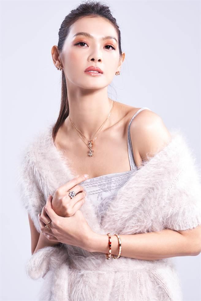 林寶綺結婚生子仍維持完美身材,纖細結實的手臂和長腿令人稱羨,佩戴寶格麗「Fiorever」系列珠寶,如永恆之花般青春永駐。(JOJ PHOTO攝,服裝提供/Bottega Veneta)