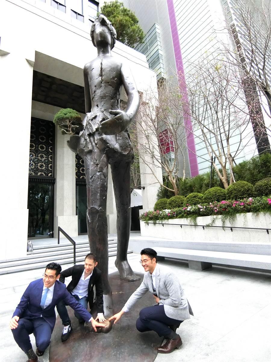 台中新市政中心出現一座高達6.8公尺,重1.3公噸的青銅公共藝術,相傳摸巨人的腳會帶來財富與好運,吸引很多人來摸「黃金腳」。(盧金足攝)