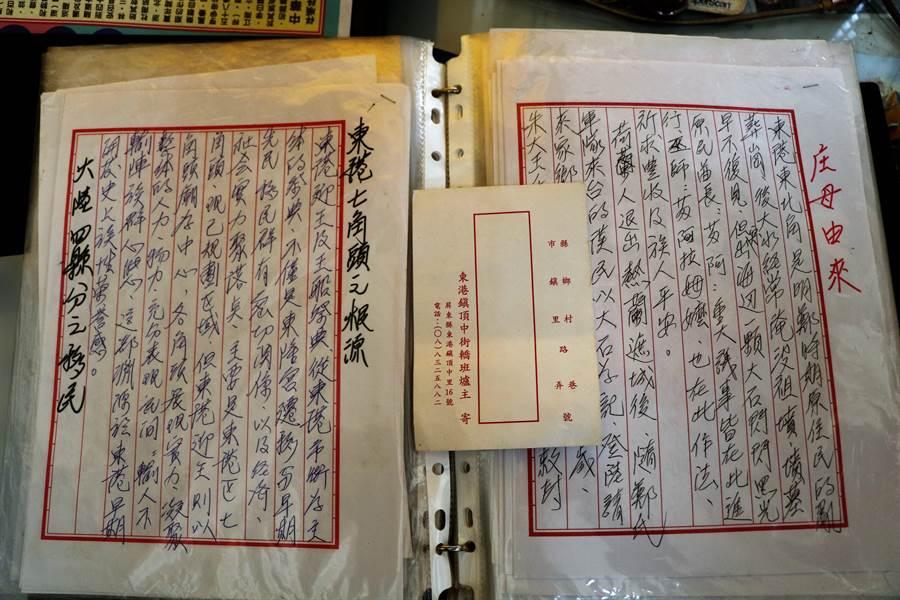 擔任頂中街轎班40載的高人皇將東港迎王徹底融入生活,花20多年親筆寫下百萬餘字記錄迎王大小細節。(謝佳潾攝)