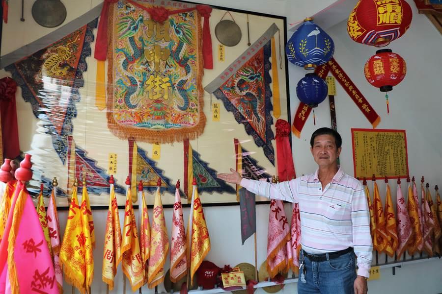 擔任頂中街轎班40載的高人皇將東港迎王徹底融入生活,不僅花20多年親筆寫下百餘萬字記錄迎王大小細節,還親手打造頂中街文物館。(謝佳潾攝)