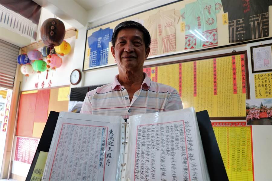 擔任頂中街轎班40載的高人皇將東港迎王徹底融入生活,花20多年親筆寫下百餘萬字記錄迎王大小細節。(謝佳潾攝)