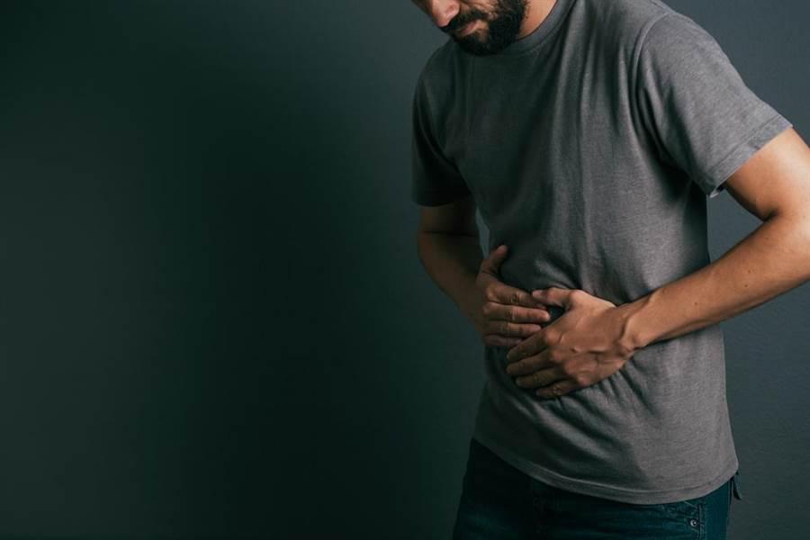 長期便秘恐導致大便堆積在大腸壓迫腸壁,造成腸黏膜缺血壞死。(圖/達志影像)