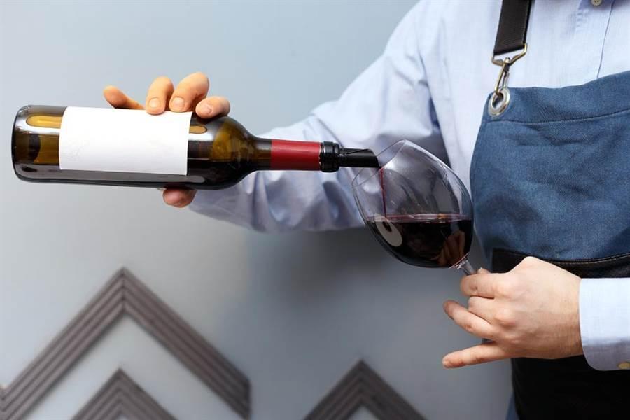 工讀生打破紅酒瓶,害女子摔倒。(示意圖,達志影像/shutterstock提供)