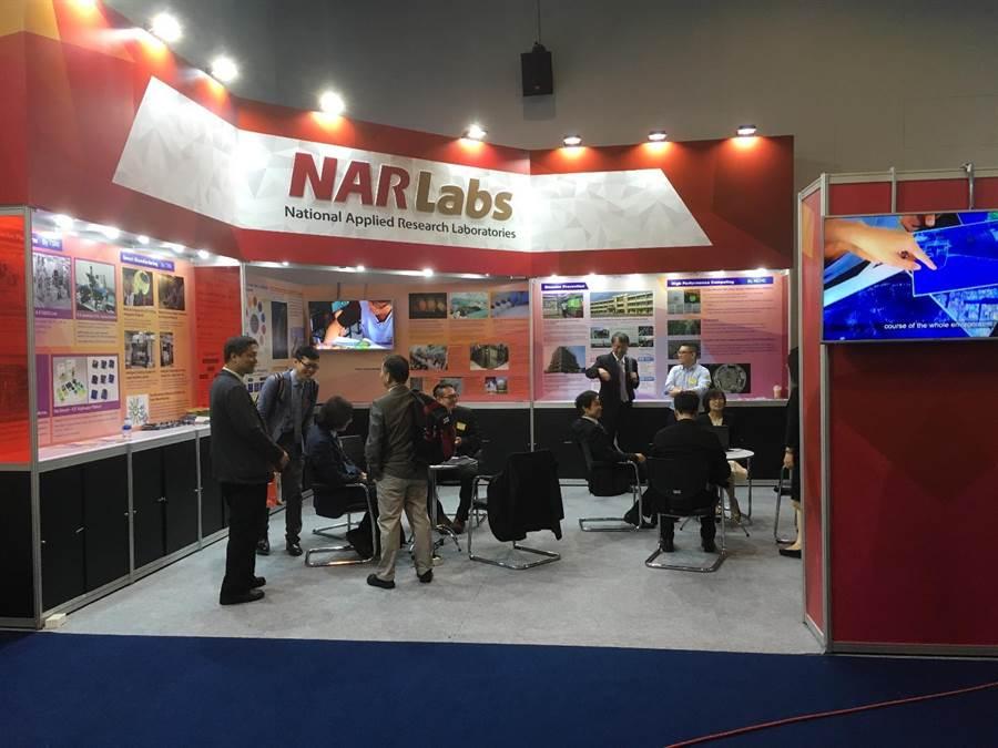 研院於泰國國家科學院的年度展覽設攤,展示科研成果及各領域應用實例。(國研院提供)