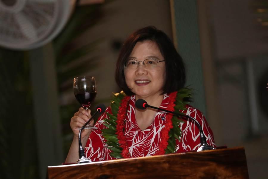 總統蔡英文(圖)出訪南太平洋3友邦,26日抵達馬紹爾群島,晚間出席馬紹爾總統海妮舉辦的國宴,蔡總統舉杯敬酒致意。(中央社)