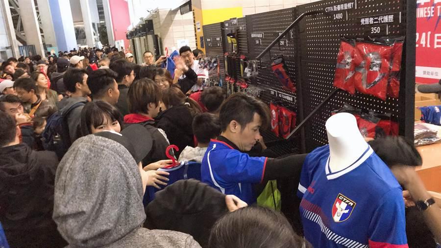 中華男足與索羅門群島的國際友誼賽踢完,販賣球衣的攤位擠滿了詢問與購買的人潮。(李弘斌攝)