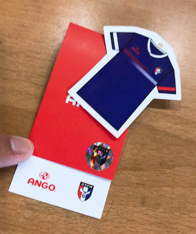 買中華隊球衣送的球衣小貼紙很受到球迷青睞。(李弘斌攝)