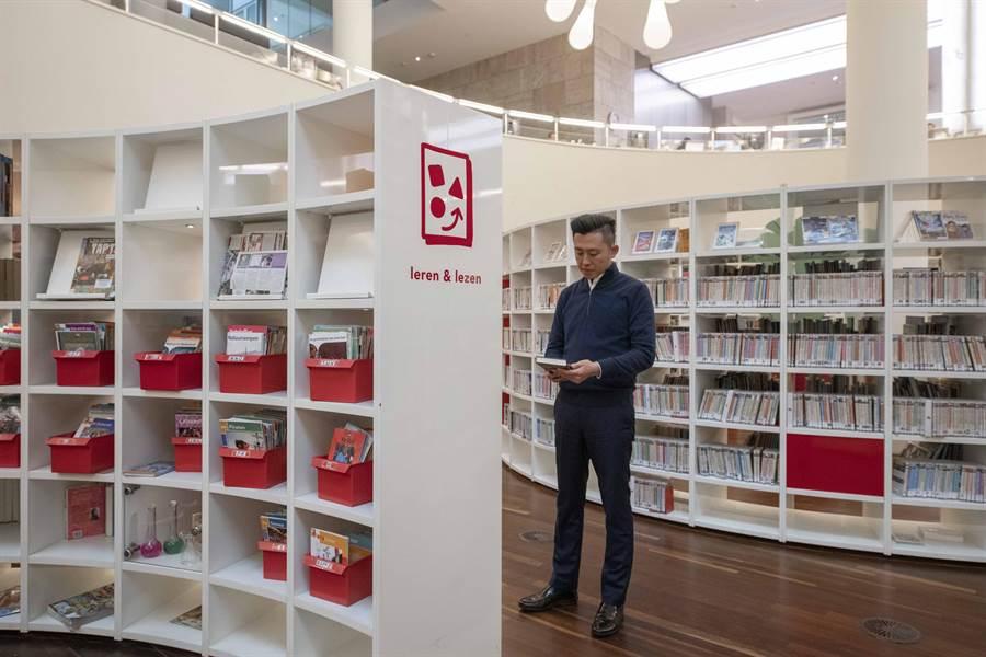新竹市長林智堅25日率團參訪荷蘭阿姆斯特丹公共圖書館。(陳育賢翻攝)