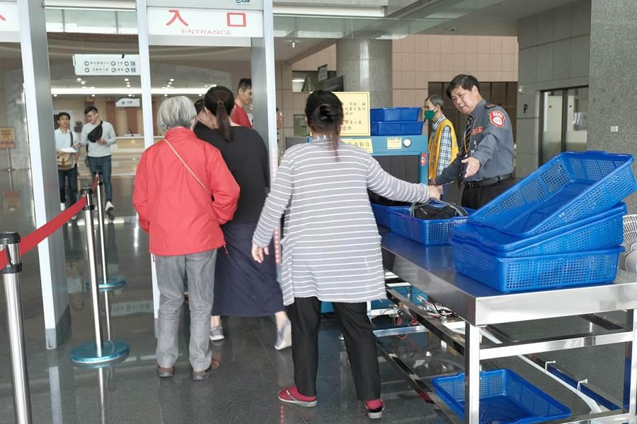 民眾進入新竹地方法院,隨身物品都要經過X光機安檢,勤務由法警改成保全。(羅浚濱攝)