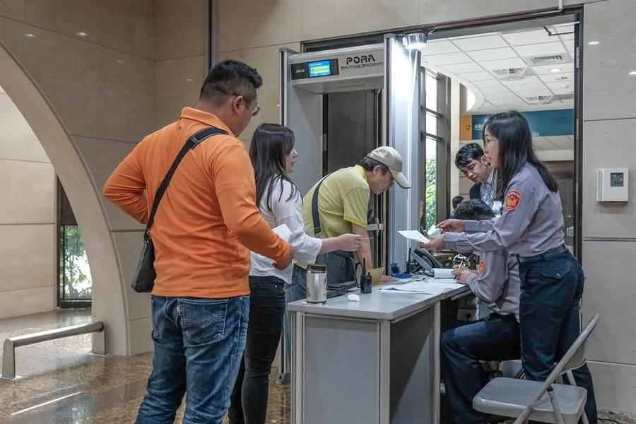 新竹地檢署在進入偵查左側門,派2名法警受理報到、安檢及傳呼。(羅浚濱攝)