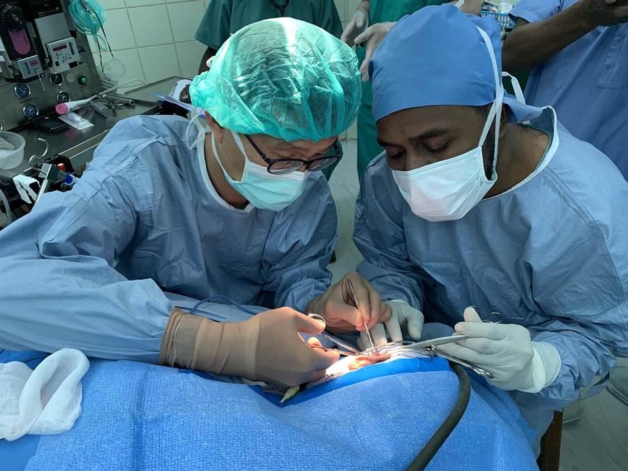 高醫團隊遠赴索羅門群島進行人道醫療援助,完成195例門診、26例手術。(柯宗緯翻攝)