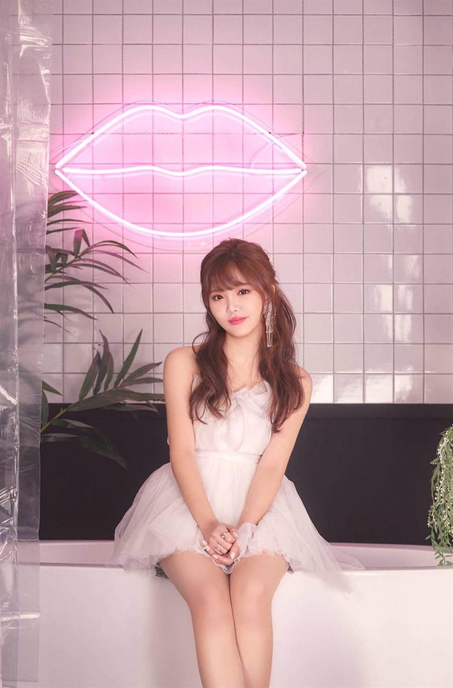 王欣晨在MV中換了八套服裝,造型百變。(歆動音樂提供)