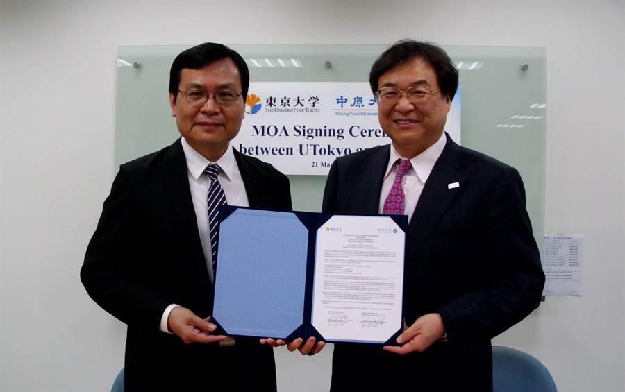 東京大學大久保達也院長(右)與中原大學鍾財王院長代表兩校工學院簽訂合作協議。(中原大學提供)