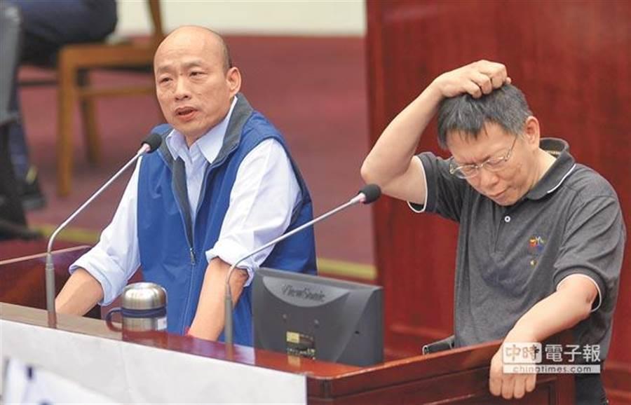 他「抓頭笑」神撞臉柯文哲!而圖中是過去柯文哲(右者)與韓國瑜(左者)在北市議會備詢。(本報資料照片)