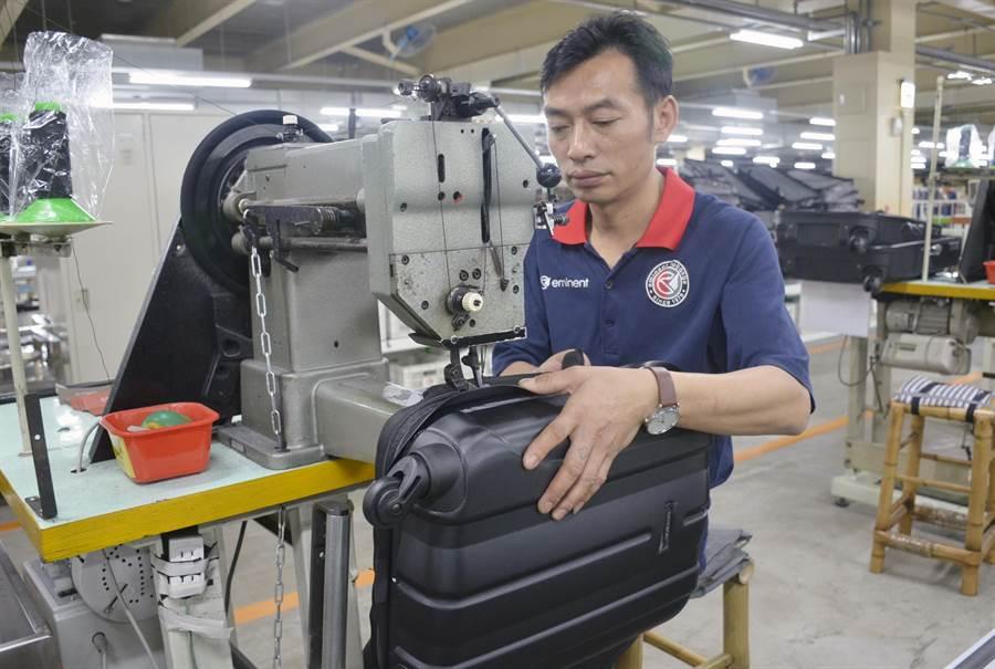 萬國通路因應擴廠需求,人力需求大,首次與雲嘉南分署合作開辦職訓班培養針車操作專業人才。(曹婷婷翻攝)
