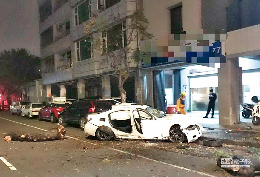 台中市25日凌晨又發生一起酒駕車禍,駕駛疑誤將油門當煞車踩,失控自撞路樹,副駕駛座乘客被彈出車外,連同駕駛都受重傷送醫。(盧金足翻攝)