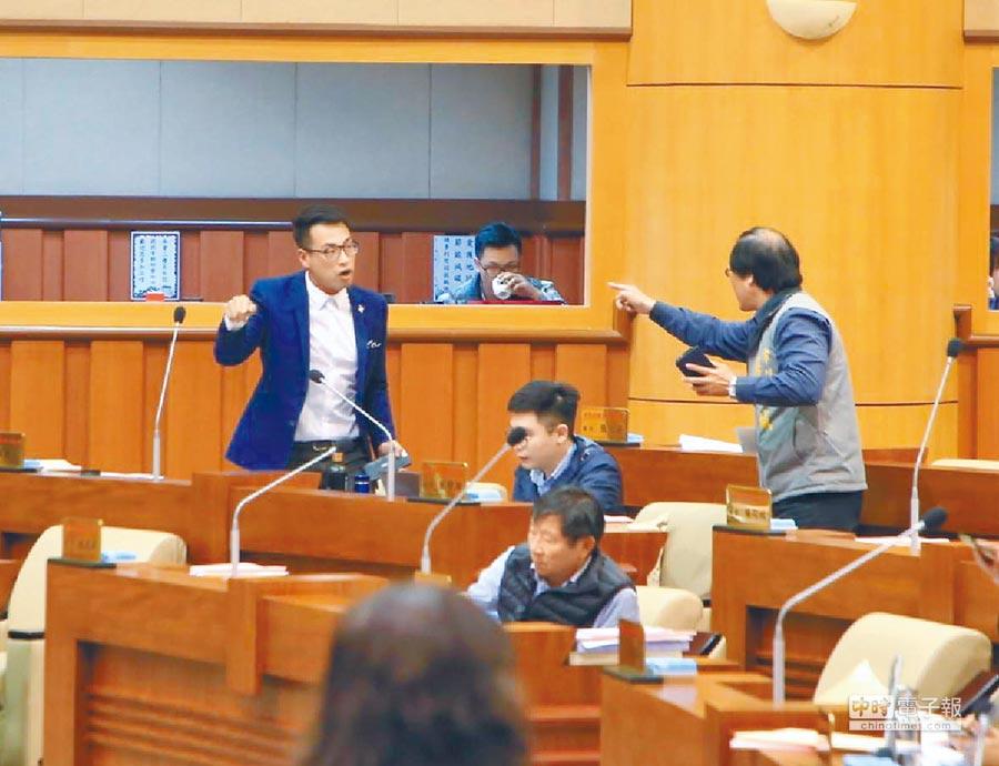 基隆市議員張秉鈞(左)、楊石城(右)為了1張照片,在臉書及議會互指鼻子開罵。(游昊予攝)