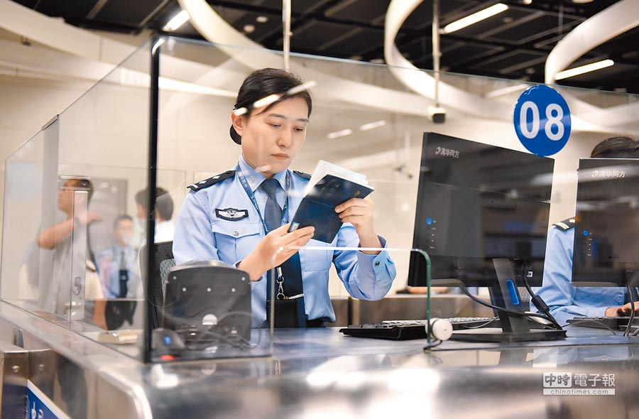 香港西九龍站內的內地口岸區,邊檢人員仔細核對通關證件。(中新社資料照片)
