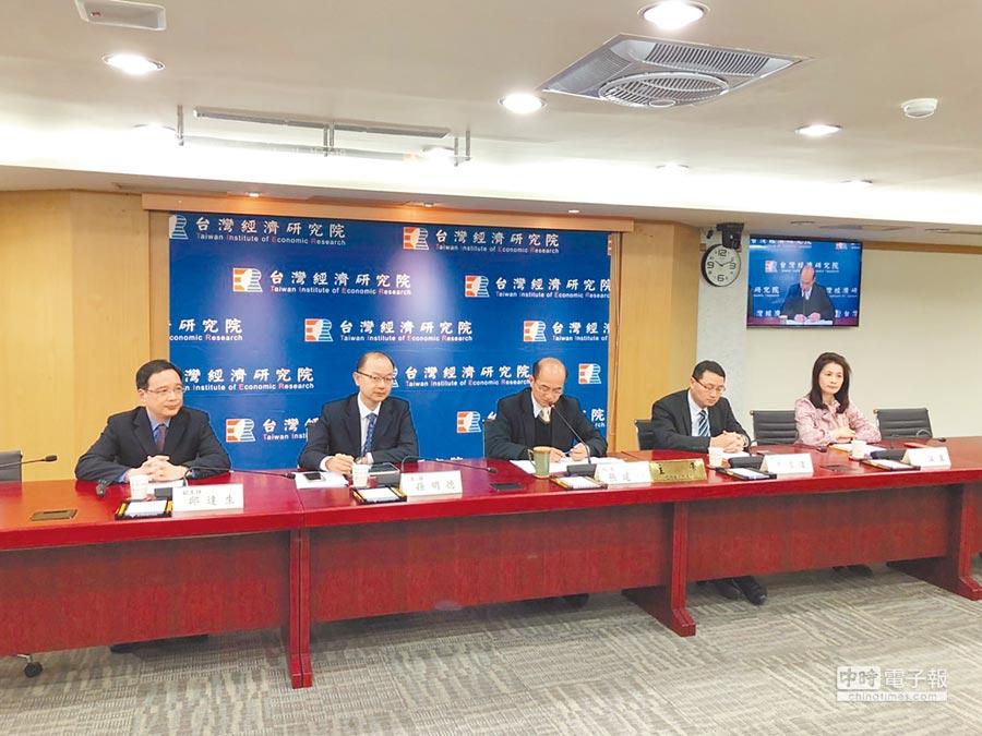 台灣經濟研究院25日公布2月台灣營業氣候測驗點,製造業已連續3個月上升,服務業轉為下滑,營建業則從下滑轉為上揚。(記者林汪靜攝)