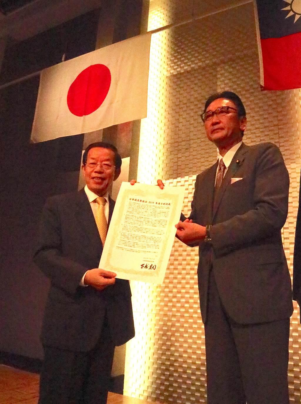 日華議員懇談會會長古屋圭司27日在東京將日華懇的決議文交給謝長廷。(黃菁菁攝)