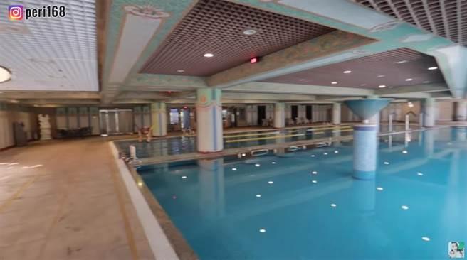兩座大型游泳池旁邊還有蒸氣室跟烤箱。(圖片翻攝自YouTube/百變沛莉 Peri)
