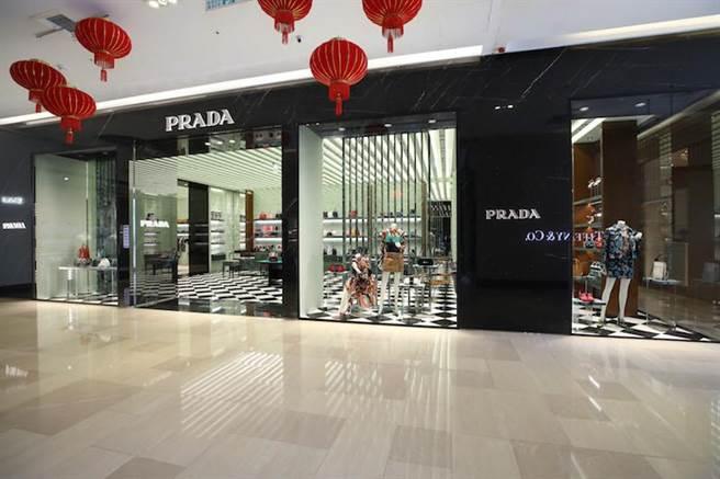 PRADA專門店入口處採用黑色Marquinia大理石牆壁。(PRADA提供)