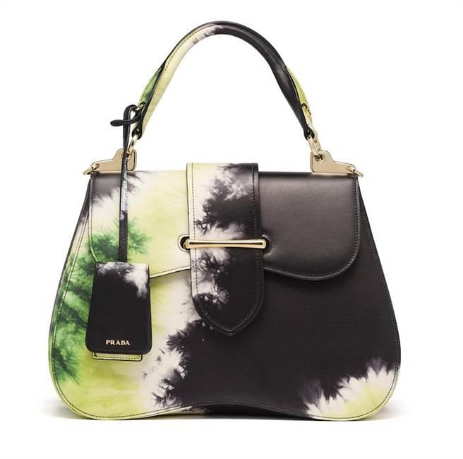 台中大遠百獨家販賣的PRADA Sidonie紮染花紋手提肩背包,13萬2500元。(PRADA提供)