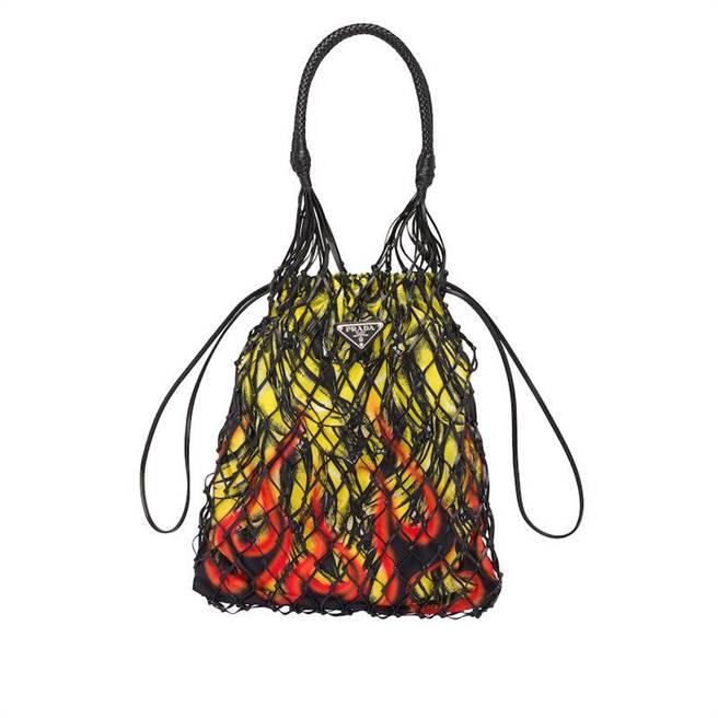 台中大遠百獨家販賣的PRADA經典香蕉火焰圖紋皮革編織網帶包,3萬3000元。(PRADA提供)