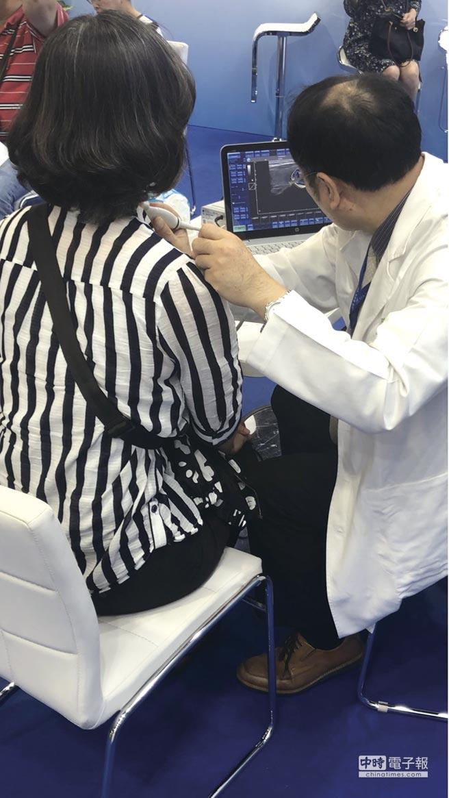 醫師表示,對於甲狀腺結節,現搭配國內自行研發的智能分析影像醫材,能減少不必要的手術切除和終身服藥。圖/業者提供