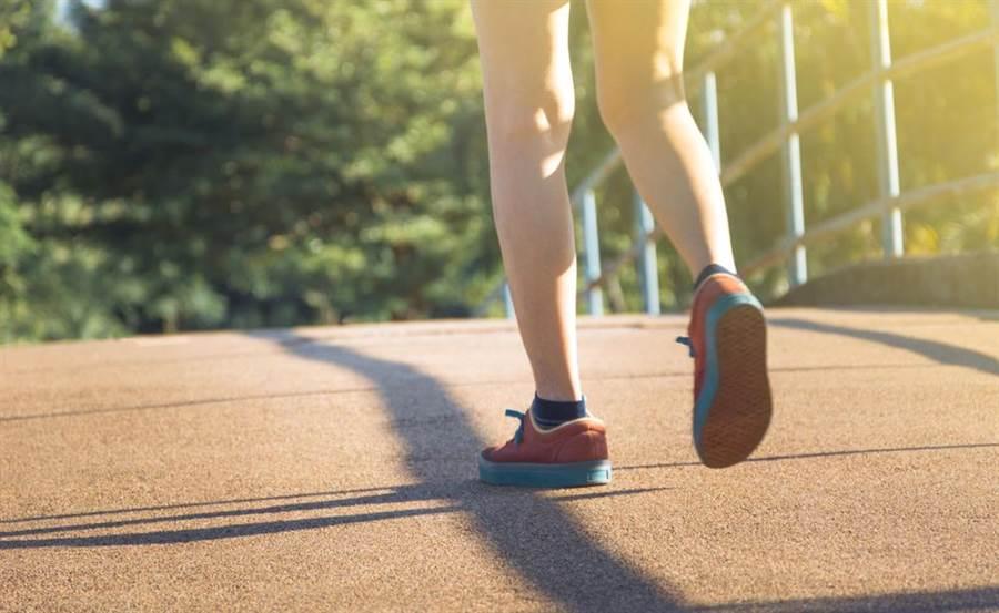 醫生表示快走比起慢跑,不僅接受度高還能消解脂肪。(圖/達志影向)