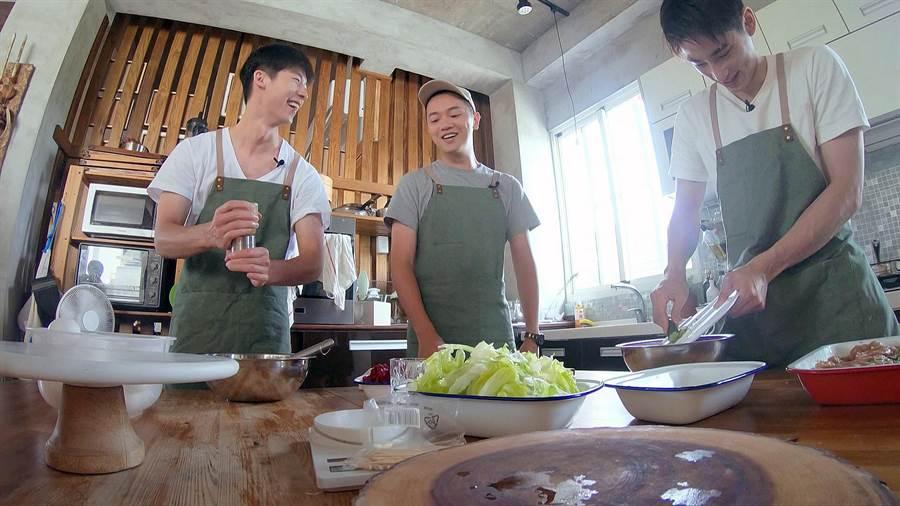 許光漢(左)與章廣辰(右)代班救火,當起索艾克廚房幫手。(圖片提供:公視)