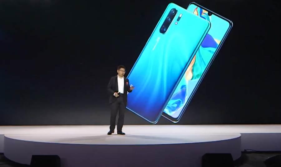 華為消費者業務 CEO 余承東主持 P30 系列的全球發表會。(圖/翻攝YouTube直播畫面)