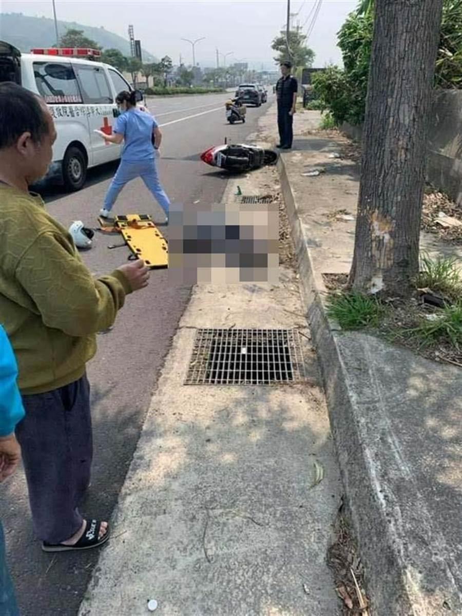 老翁疑自摔倒地不支,救護車緊急將他送往醫院。(翻攝照片)