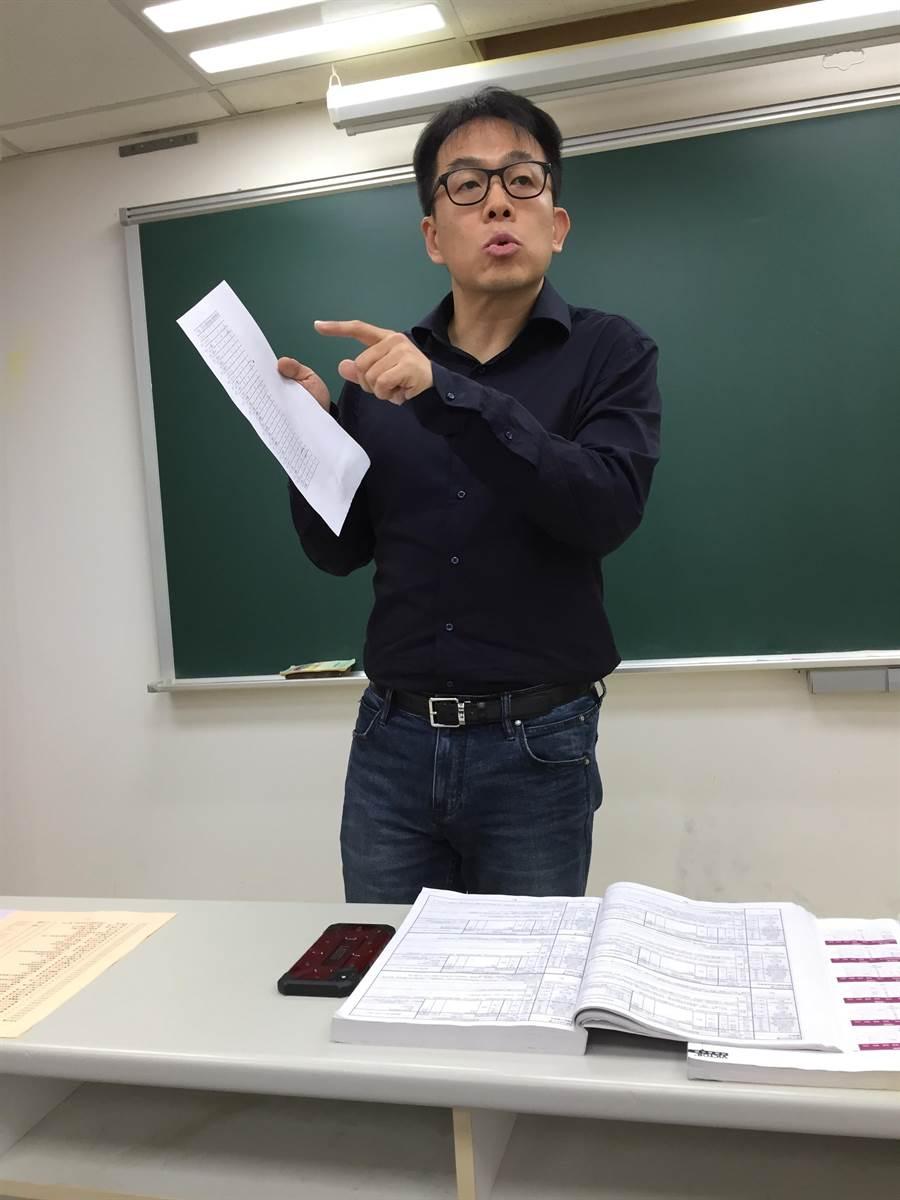 升學專家劉駿豪分析今年大學個人申請招生的趨勢。(林志成攝)