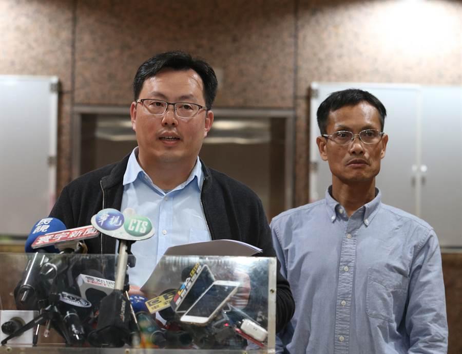 中華奧會副秘書長鄭世忠(左)今天代表說明許淑淨事件。(陳怡誠攝)