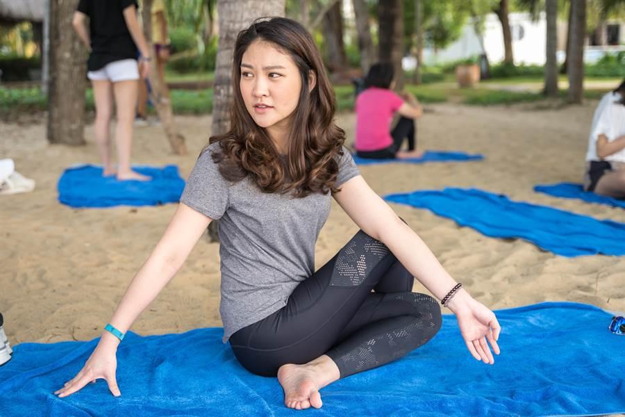 當地G.O會帶著大家做沙灘瑜珈。(攝影/沈弘欽)