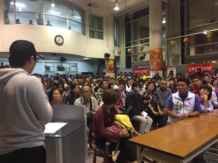 現場湧入約300人。(曹婷婷攝)