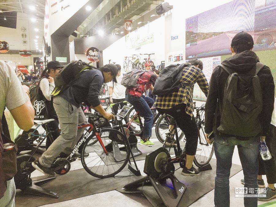 昇陽自行車去年台北國際自行車展現場體驗人潮。圖/周榮發