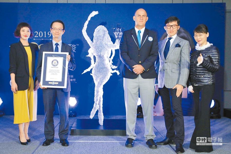 用「女神『動態』玻尿酸」打造的最大針劑雕塑品,26日舉行發表會,趙彥宇(右二)及盧靜怡(右一)醫師等人出席。              (公關公司提供)