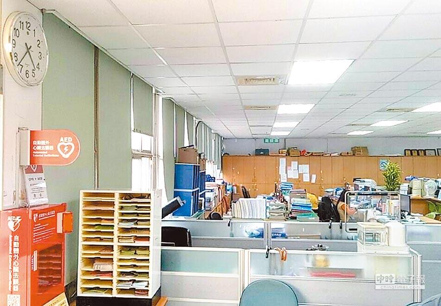 彰化縣田中鎮長洪麗娜為提升公所服務效率,決定自5月1日起,將下午的上班時間從1點30分調整為12點30分,下班也提前到4點30分。(鐘武達攝)