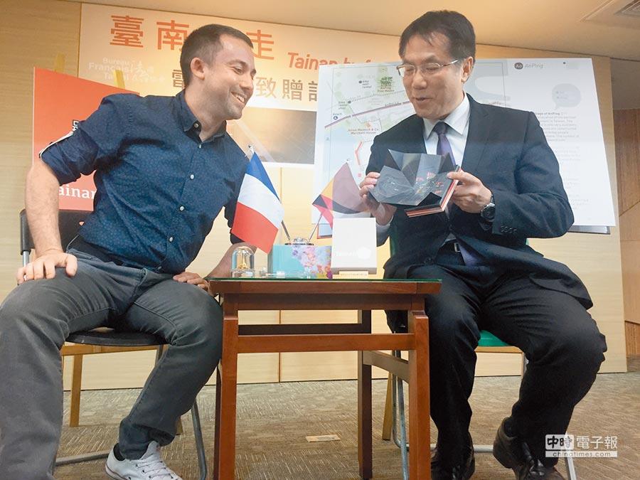 法國人聶可(左)熱愛台南更融入在地,花2年完成《台南走走》散步地圖書,無私將電子書贈送台南市政府,並與市長黃偉哲熱烈討論。(曹婷婷攝)