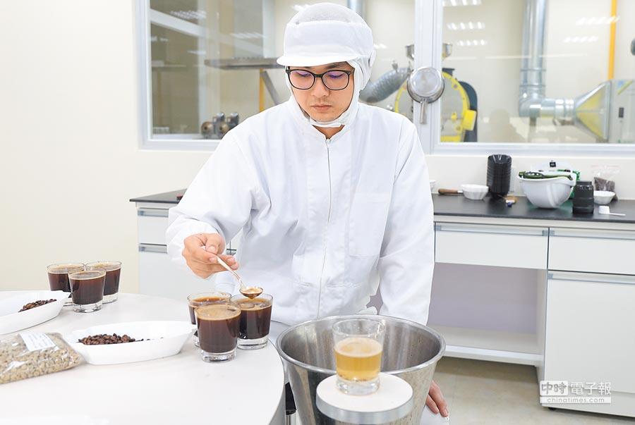 年初落成的日本UCC咖啡雲林工廠,預計年產3000噸咖啡豆,經由品管進行風味檢測。(全家提供)