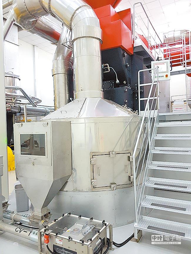 全球唯二獨家烘豆設備AROMASTER,烘焙香氣提升70%,以生產綜合豆為主。(全家提供)