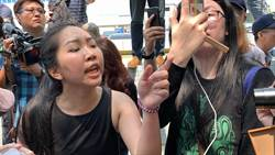 韓回國機場釀衝突!潑漆妹撕國旗與韓粉伯推打