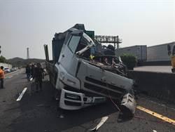 國道貨車爆胎自撞車頂削平 駕駛噴飛撞門架慘死