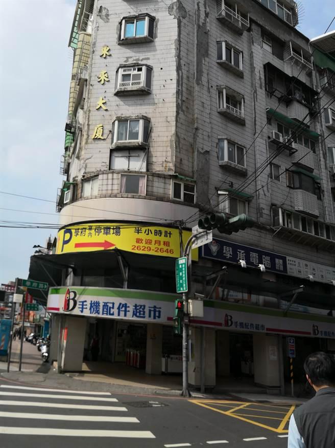 新北市府工務局28日強制作為,依建築法規定,28日要求東來大廈限期停用。(葉德正翻攝)
