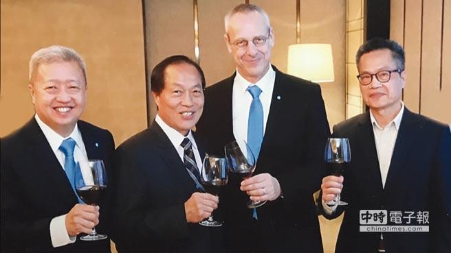 亞洲蒂森克虜伯於新加坡歡慶成立30周年,Andy Goh(Chief Representative Heavy Pl ates Asia Pacific)(左起)、福南董事長梁新、Mr WolfgangS chnittker(thyssenkrupp Material Trading GmbH CEO)、福南總經理梁傳繼合影留念。圖/福南鋼鐵提供